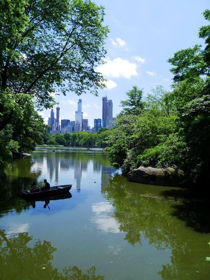 Manhattan-Skyline vom See im Central Park New York stockbild