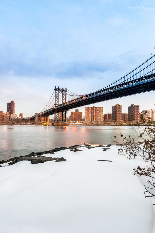 Manhattan-Skyline von Pebble Beach in Brooklyn, Vereinigte Staaten lizenzfreie stockfotos