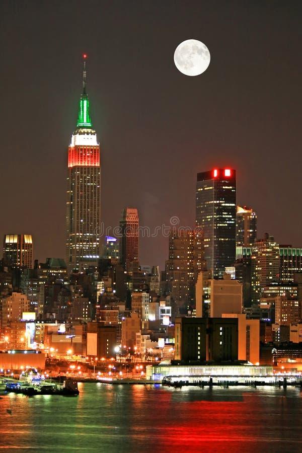 Manhattan-Skyline an Weihnachtsabend stockbilder
