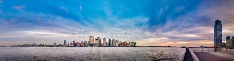 Manhattan-Skyline, wie von Jersey City, New York, die Vereinigten Staaten von Amerika gesehen stockbilder