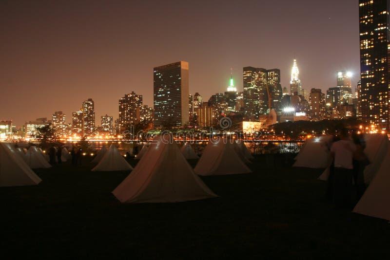 Manhattan-Zelte und Wolkenkratzer lizenzfreies stockbild