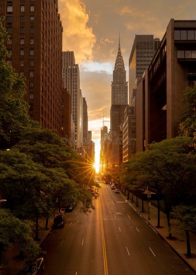 Manhattanhenge cuando el sol fija a lo largo de la 42.a calle en NY imagen de archivo libre de regalías
