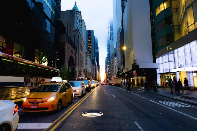 Manhattanhenge en la 57.a calle en Manhattan, NYC imagenes de archivo