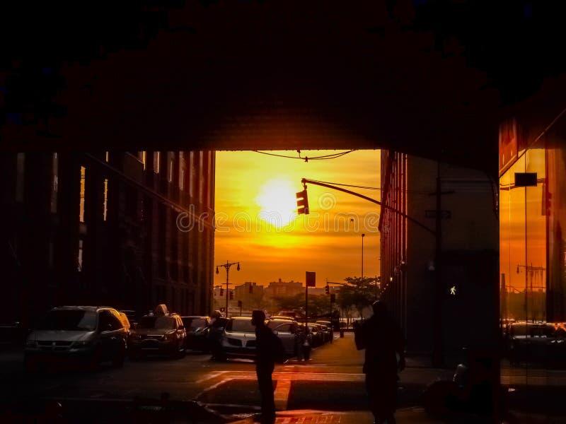 Manhattanhenge en una calle en Nueva York imágenes de archivo libres de regalías