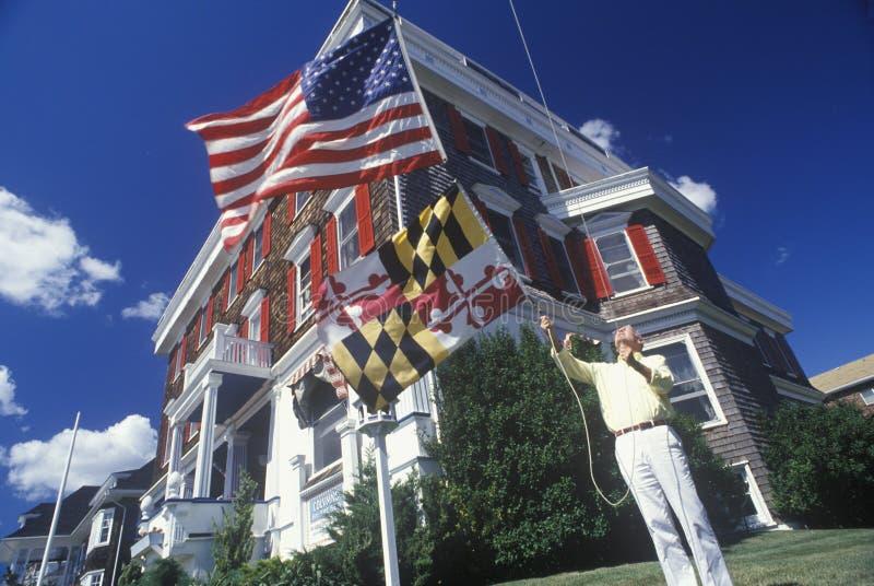 Manholdingflagga av Maryland arkivfoton
