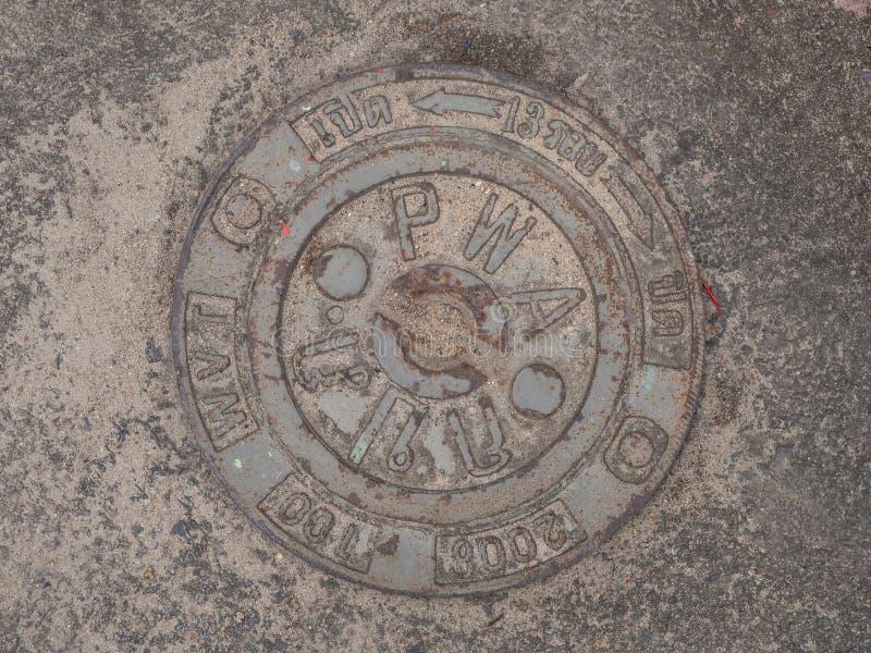 Manhole pokrywa na bruku z wzorami fotografia stock