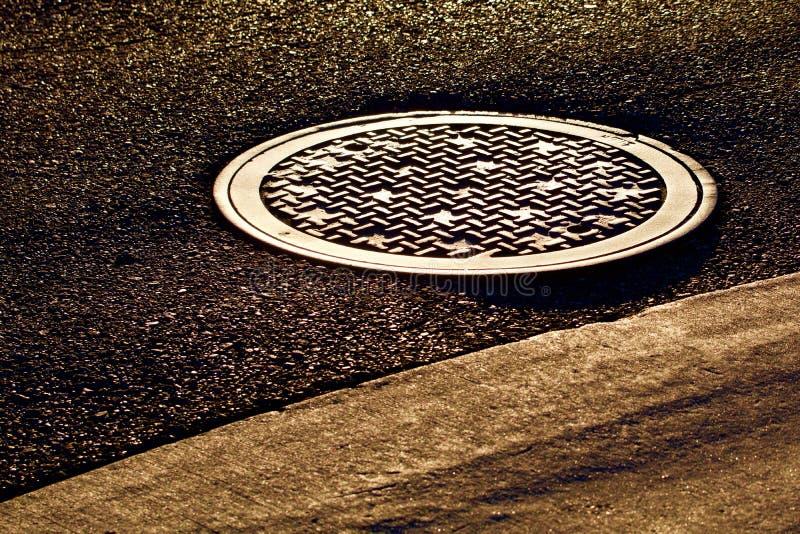 Manhole w zmierzchu zdjęcie stock