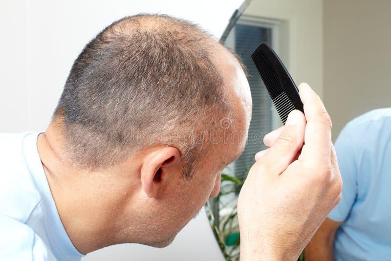 Manhuvud med en hårkam fotografering för bildbyråer