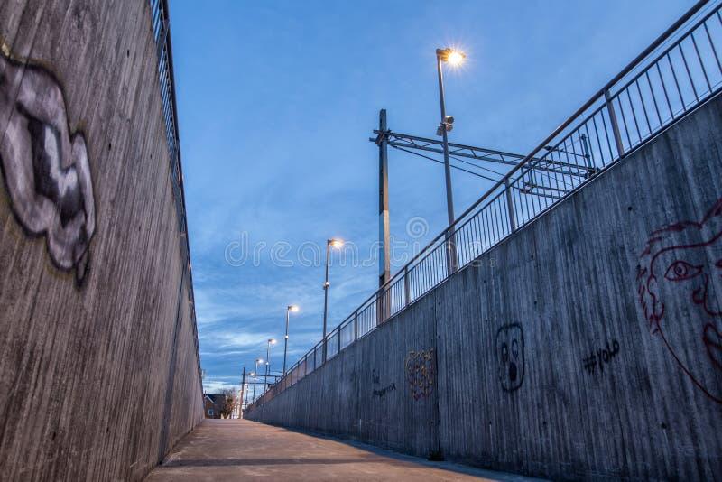 Manière au souterrain à la gare ferroviaire photos libres de droits