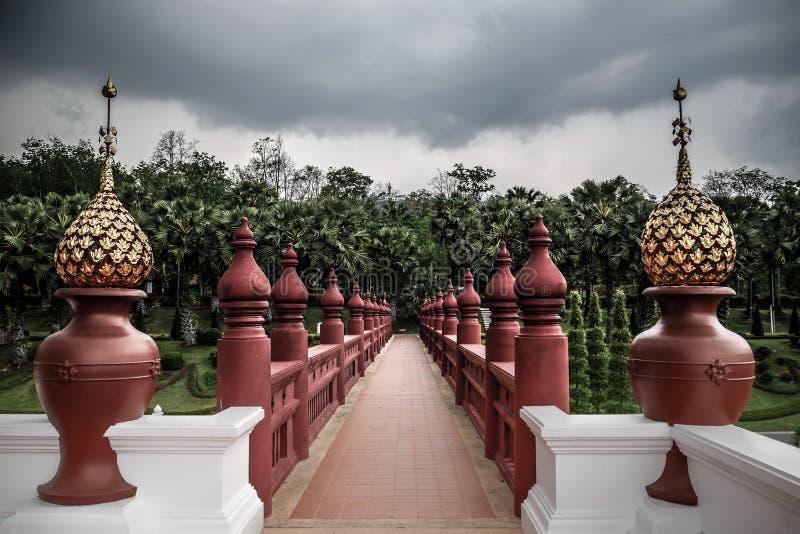 Manière bouddhiste spirituelle avec le point de disparaition, passage saint photographie stock libre de droits