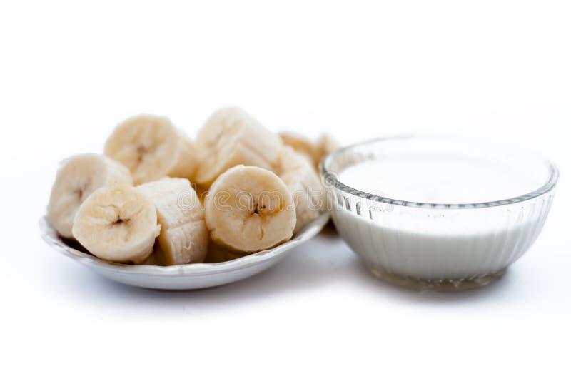 Manière d'Ayurvedic d'amplifier le supplément i immunisé et d'hormones de croissance de calcium E banane coupée en tranches avec  photographie stock