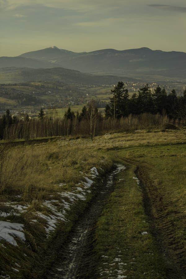 Manière dans des montagnes image libre de droits