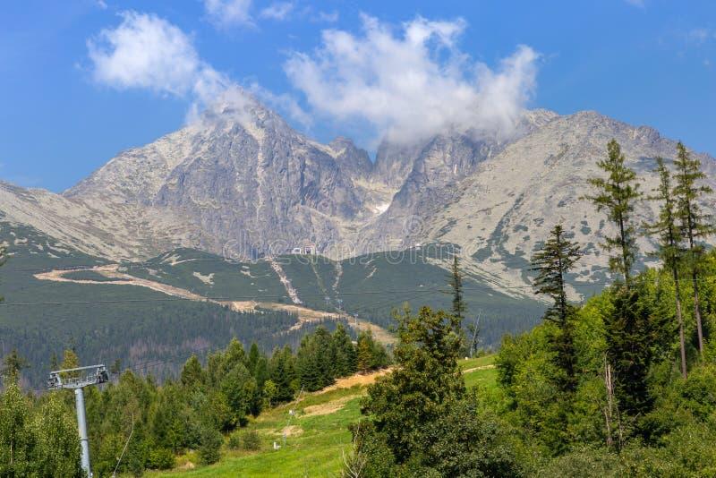 Manière de benne suspendue aux montagnes en parc national, Slovaquie photographie stock