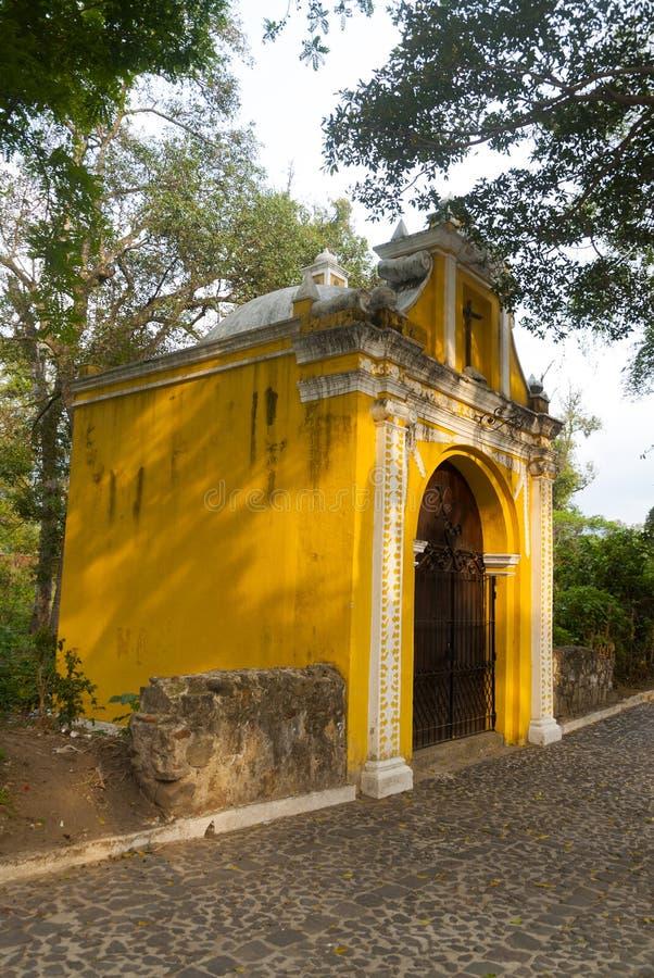 Manière de chapelle des stations croisées dans la rue des thesteps de la La Antigua Guatemala Porte antique à l'Antigua Guatemala photo libre de droits