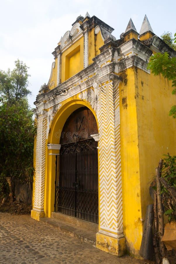 Manière de chapelle des stations croisées dans la rue des thesteps de la La Antigua Guatemala Porte antique à l'Antigua Guatemala images libres de droits