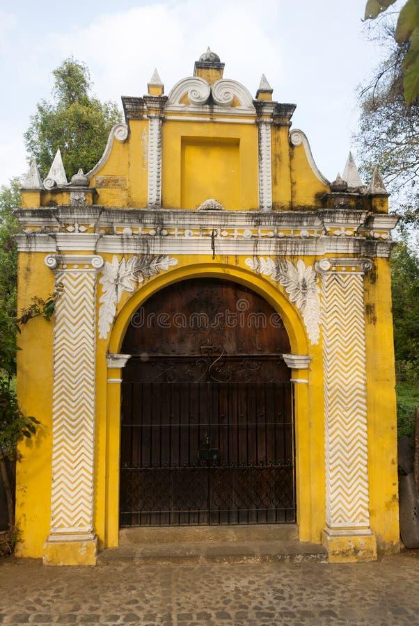 Manière de chapelle des stations croisées dans la rue des thesteps de la La Antigua Guatemala Porte antique à l'Antigua Guatemala photos libres de droits