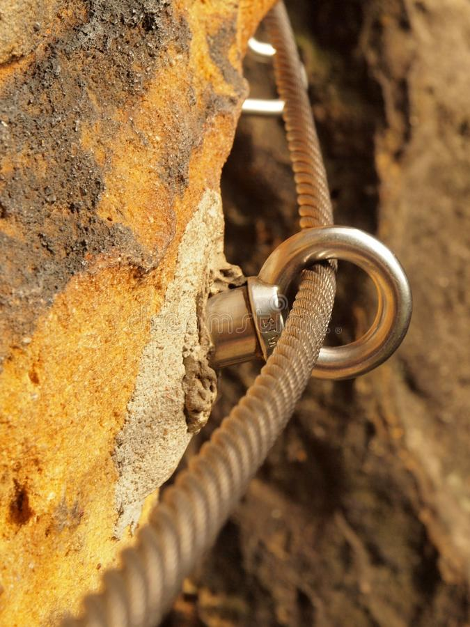 Manière de grimpeurs Repassez la corde tordue fixe dans le bloc par les crochets instantanés de vis L'extrémité de corde ancrée d image libre de droits