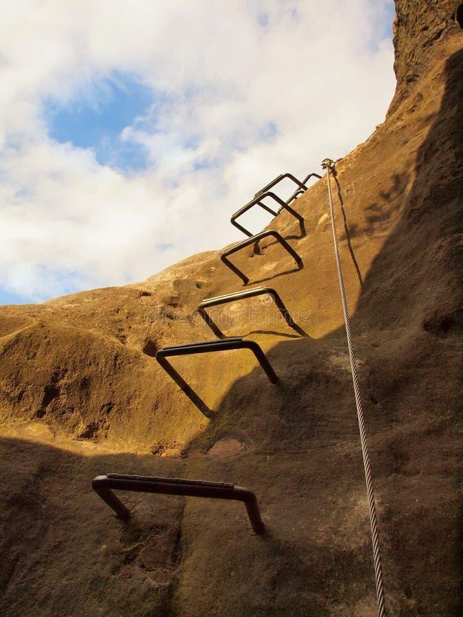 Manière de grimpeurs Repassez la corde tordue fixe dans le bloc par les crochets instantanés de vis L'extrémité de corde ancrée d photo stock