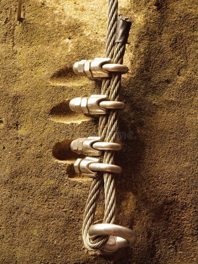 Manière de grimpeurs Repassez la corde tordue fixe dans le bloc par les crochets instantanés de vis L'extrémité de corde ancrée d images libres de droits