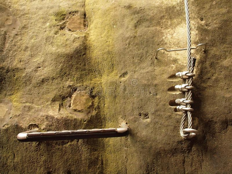 Manière de grimpeurs Repassez la corde tordue fixe dans le bloc par les crochets instantanés de vis L'extrémité de corde ancrée d photographie stock libre de droits