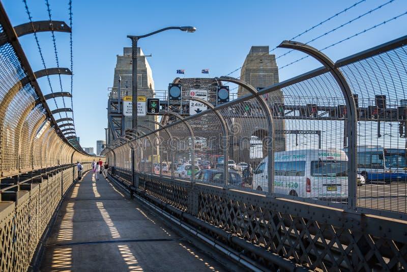 Manière de promenade de Sydney Harbour Bridge et Sydney rentré par trafic, NSW, Australie images libres de droits