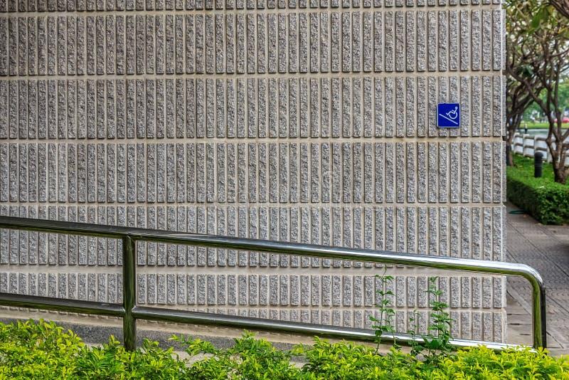 Manière de rampe avec la barre d'acier inoxydable image stock
