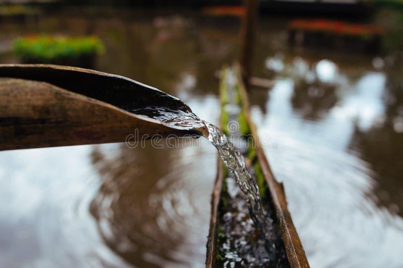 Manière en bambou de l'eau photographie stock libre de droits
