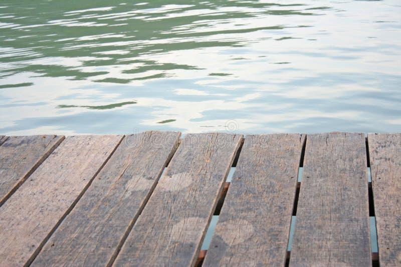 Manière en bois de promenade classant dans le lac photo stock