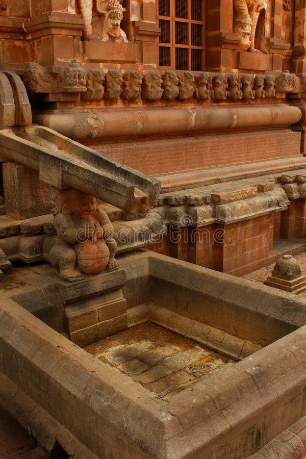 Manière en pierre ornementale de l'eau avec le réservoir dans le temple antique de Brihadisvara dans Thanjavur, Inde photo stock
