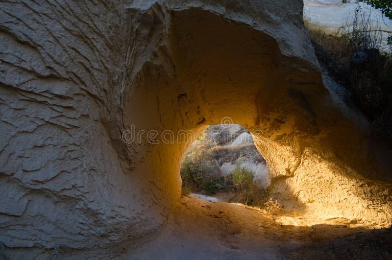 Manière ensoleillée sous la montagne rocheuse photos libres de droits