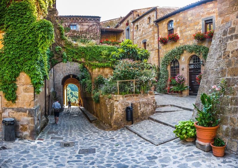 Manière idyllique d'allée dans le civita di Bagnoregio, Latium, Italie images libres de droits