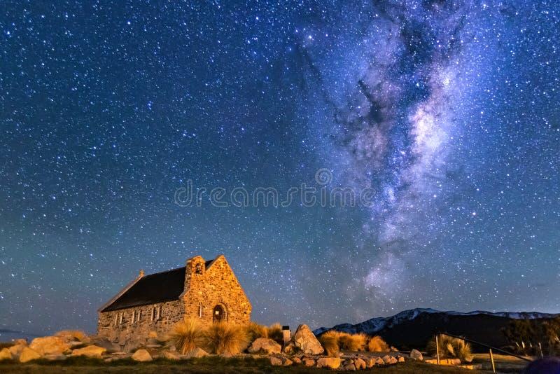 Manière laiteuse au-dessus d'église de bon berger, lac Tekapo, Nouvelle-Zélande photos libres de droits