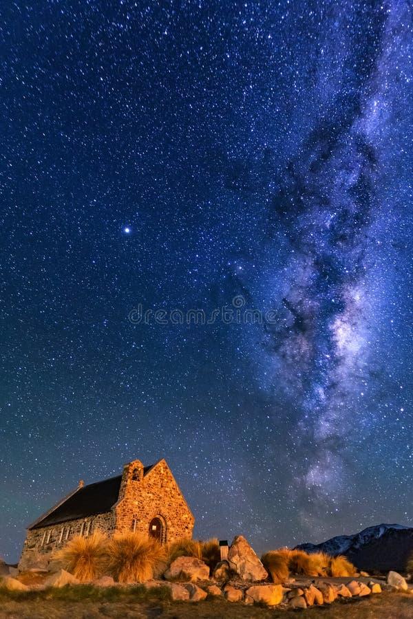 Manière laiteuse au-dessus d'église de bon berger, lac Tekapo, Nouvelle-Zélande images libres de droits