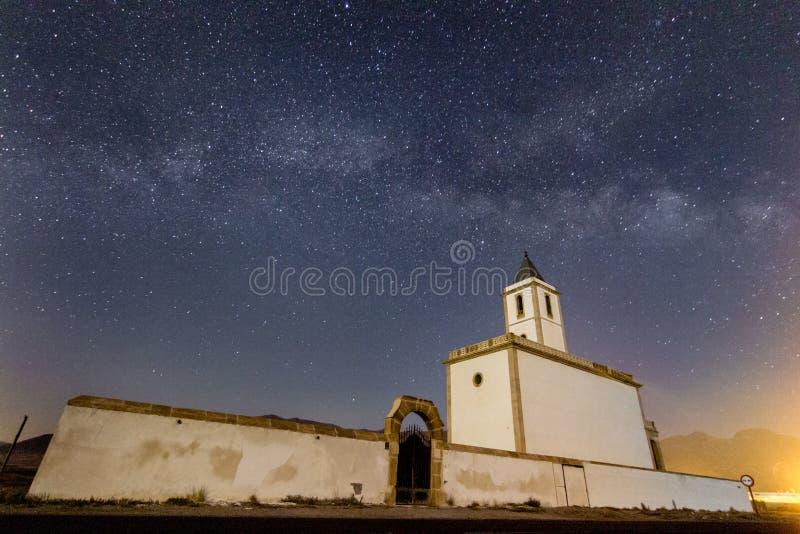 Manière laiteuse au-dessus d'Iglesia de las Salinas image stock