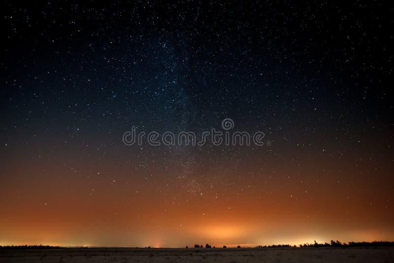 Manière laiteuse dans le ciel étoilé de nuit images stock