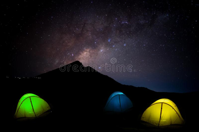 Manière laiteuse de ciel nocturne avec le vulcano rougeoyant Rinjani Lombok Ind de tente photographie stock libre de droits
