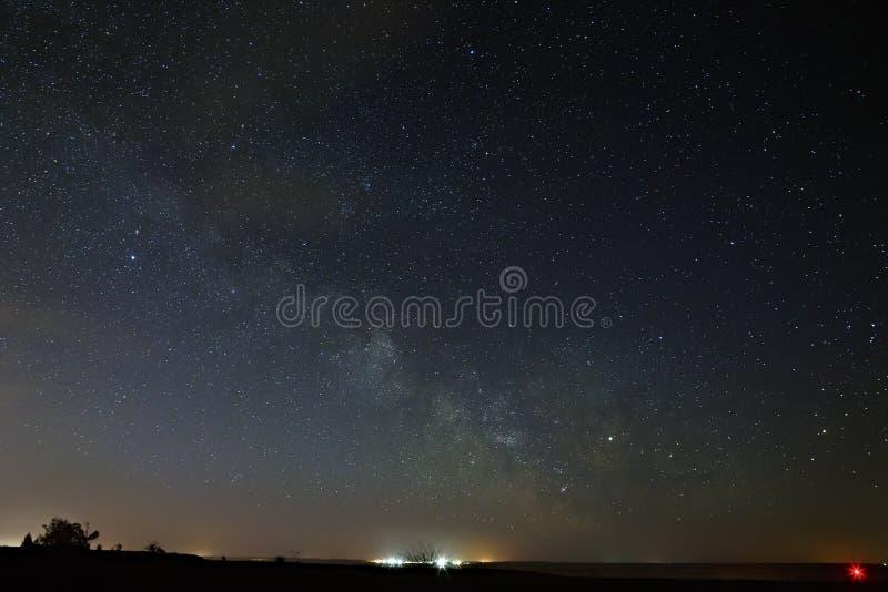 Manière laiteuse de galaxie avec des nuages en ciel nocturne photo libre de droits