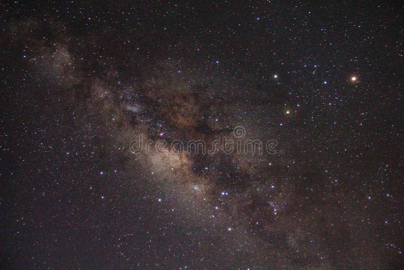 Manière laiteuse s'étendant au-dessus avec un bon nombre d'étoiles dans un ciel foncé photo stock