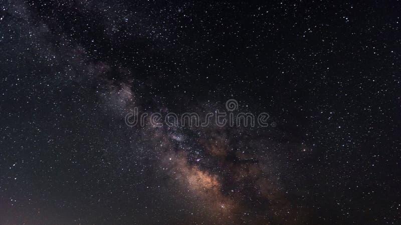 Manière laiteuse sur le ciel nocturne étoilé photos libres de droits