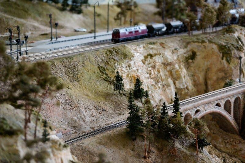 Manière modèle de rail avec le scape artificiel de terre image stock