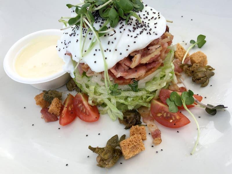 Manière très originale et unique de servir une salade de César image stock
