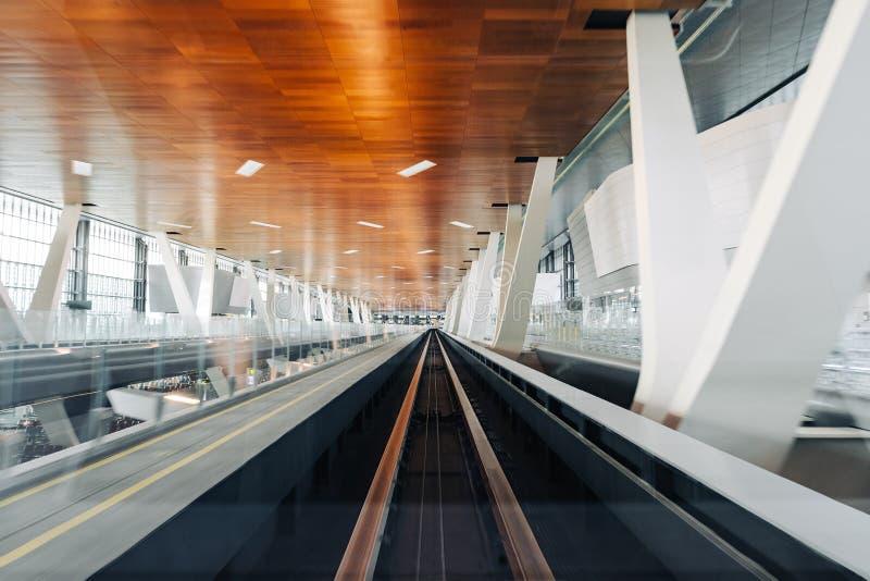 Manières de train de navette dans l'aéroport international de Hamad au Qatar photographie stock