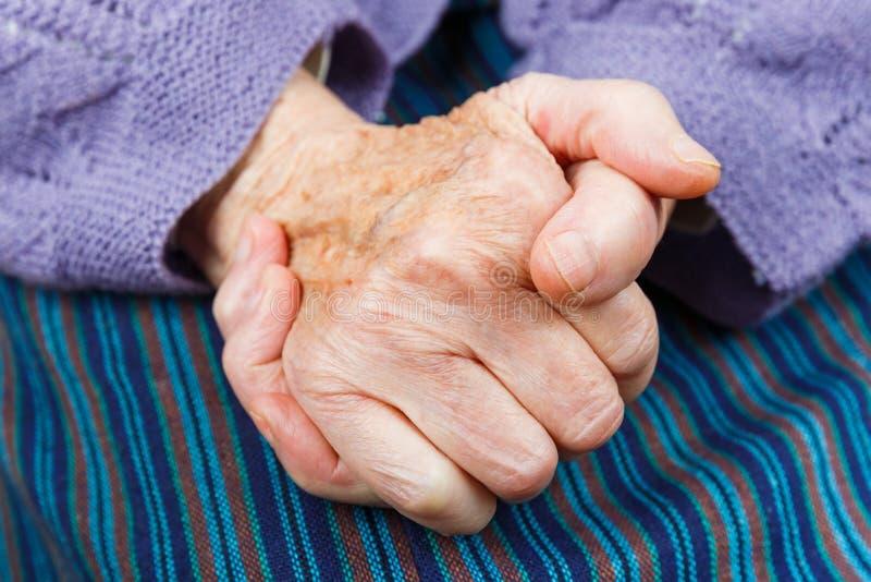 Mani anziane della donna fotografia stock