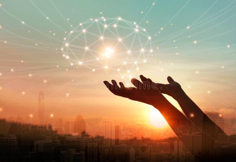 Mani astratte della palma che toccano le connessioni di rete digitali del cervello, telecomunicazione, tecnologia innovatrice nel illustrazione vettoriale