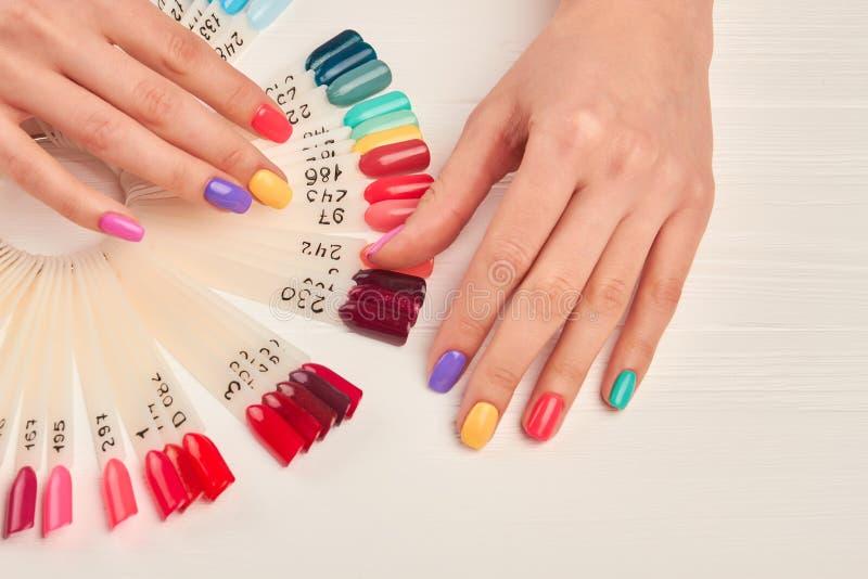 Mani ben curato e campioni di colore del chiodo immagini stock