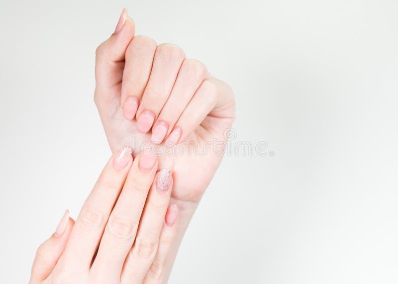 Mani bianche femminili con la correzione di bisogno del manicure lucidata vecchio gel immagine stock
