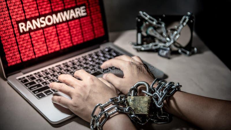 Mani bloccate ed attacco cyber del ransomware al computer portatile fotografie stock