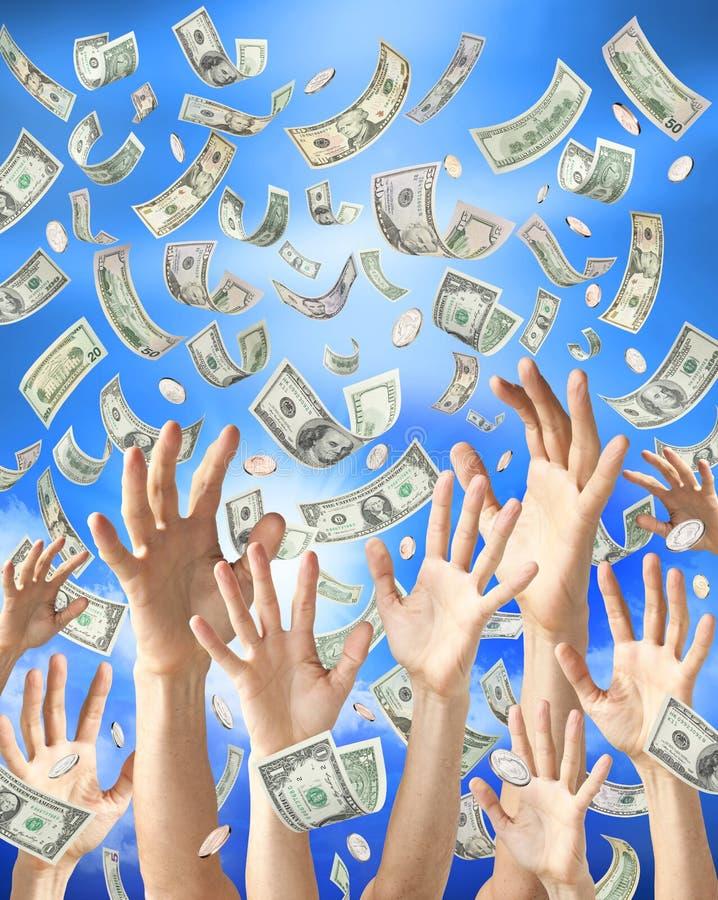 Mani che catturano piovendo soldi immagini stock libere da diritti
