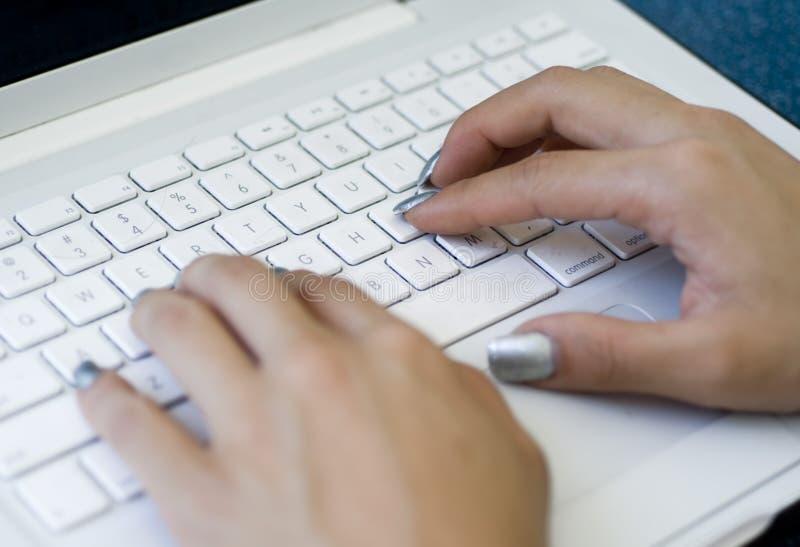 Mani Che Scrivono Sulla Tastiera Del Computer Portatile Fotografia Stock Gratis
