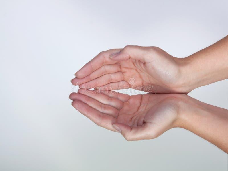 2 mani che formano una forma della ciotola fotografie stock